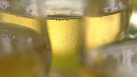 Champagne alla festività ha traboccato i vetri di vino, un attributo esperto degli eventi importanti Una bevanda fredda con stock footage