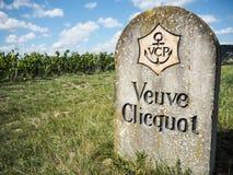 Champagne- Ardenne Frankrike - Augusti 2017: gammal stenvägren s Arkivfoton