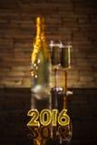 Champagne auf goldenem Hintergrund Lizenzfreie Stockfotos