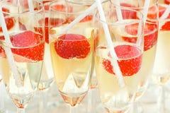 Champagne avec des fraises Photo stock
