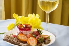 Champagne, bagas e bolo de queijo Imagens de Stock Royalty Free