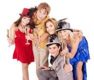Champagne bevente dei giovani del gruppo. fotografia stock