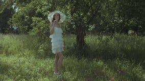 Champagne bevente della donna graziosa elegante in parco archivi video