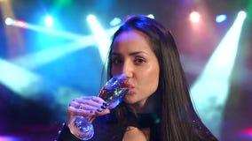 Champagne bevente della ragazza al partito con le luci video d archivio