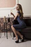 Champagne bevente della ragazza elegante fotografie stock
