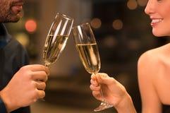 Champagne bevente delle coppie Fotografia Stock