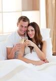 Champagne bevente delle coppie affettuose Fotografie Stock Libere da Diritti
