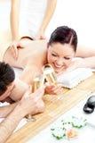 Champagne bevente delle coppie felici Immagine Stock
