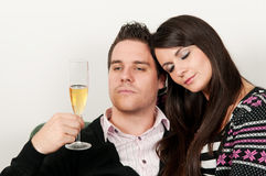Champagne bevente delle giovani coppie Fotografia Stock