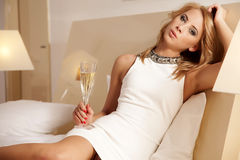 Champagne bevente di giovane bella signora Fotografia Stock Libera da Diritti