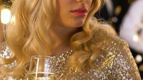 Champagne bevente di signora turbata ansiosa al partito da solo, mentre altri che si divertono archivi video
