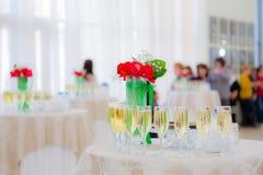 Champagne bij de cocktail party Mensen op de achtergrond Vage achtergrond Royalty-vrije Stock Afbeelding