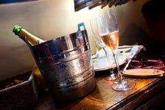 champagne blåser flöjt hotellrum två Arkivfoto