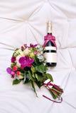 Champagne Bottle con casarse a Valentine Decoration Flowes Fotografía de archivo libre de regalías