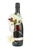Champagne Bottle mit Hochzeits-Dekoration von Blumen-Vorbereitungen Stockfotos