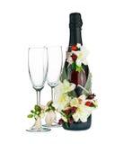Champagne Bottle und Glas mit Hochzeits-Dekoration der Blume Arr Lizenzfreies Stockbild