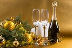 Champagne Bottle y vidrios festivos Imágenes de archivo libres de regalías