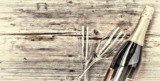 Champagne Bouteille de Champagne et deux verres vides sur un fond en bois Jour du `s de Valentine Anniversaire mariage anniversai Photo stock