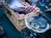 Champagne Bubbling en vidrio retro con la cesta de la comida campestre imágenes de archivo libres de regalías