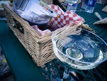 Champagne Bubbling in Retro Glas met Picknickmand royalty-vrije stock afbeeldingen