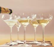Champagne che si è immerso nei vetri immagini stock libere da diritti