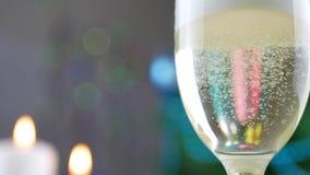 Champagne che versa dalla bottiglia sopra il bokeh di festa di Natale archivi video