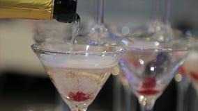 Champagne che versa in due vetri da una bottiglia Due Champagne Glass On Defocused fotografie stock libere da diritti