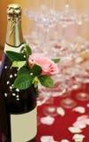 Champagne com levantou-se Fotos de Stock