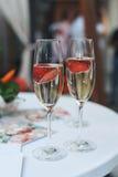 Champagne com morangos Fotos de Stock