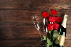 Champagne com vidros e as rosas vermelhas fotografia de stock royalty free
