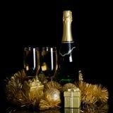 Champagne con gli ornamenti di natale Fotografia Stock Libera da Diritti