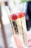 Champagne con i lamponi Fotografia Stock Libera da Diritti
