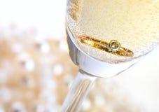 Champagne con l'anello Fotografia Stock Libera da Diritti
