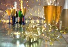 Champagne dans les glaces, les cadres de cadeau et les lumières photographie stock libre de droits