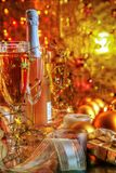 Champagne dans les verres et la bouteille Photographie stock libre de droits