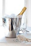 Champagne dans un seau à glace Images stock