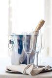 Champagne dans un seau à glace Image libre de droits