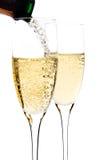 Champagne dat aan het glas wordt ingeschonken Stock Fotografie