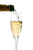 Champagne dat aan het glas wordt ingeschonken Stock Foto's