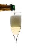 Champagne dat aan het glas wordt ingeschonken Stock Afbeeldingen