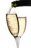 Champagne dat in glazen wordt gegoten Stock Afbeelding