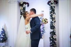 Champagne de baiser et potable de couples gais de nouveaux mariés au recepti Photographie stock libre de droits