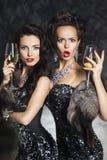 Champagne de boissons de femmes dans la boîte de nuit. Joyeux Noël Photographie stock