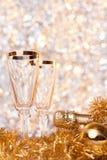Champagne de bouteille avec le gobelet deux en verre Image stock