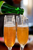 Champagne de derramamento Imagens de Stock Royalty Free
