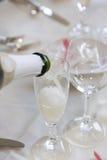 Champagne de derramamento em um vidro Foto de Stock