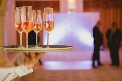 Champagne de portion de serveur sur un plateau Photos libres de droits
