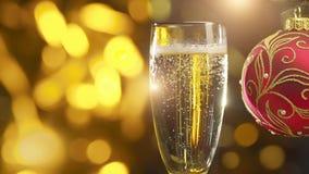 Champagne de scintillement dans le glasse et la décoration rouge banque de vidéos