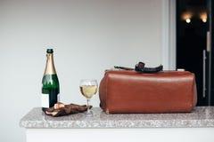 Champagne de verre à bouteilles de valise de vintage photo stock