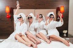 Champagne degli accappatoi delle femmine di divertimento dell'addio al nubilato fotografia stock